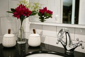 Även i badrummet har Marielle behållit en stil som passar husets karaktär.
