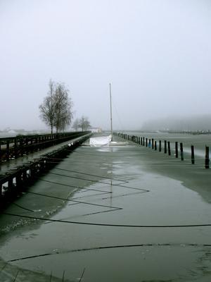 Båten har klarat vintern och väntar vid Öster Mälarstrand på värme och vind i seglen igen...