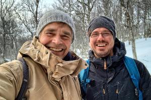Richard Holmgren t.v. Andreas Liljegren t.h. i Tänndalen.  Rickard och Andreas påbörjar sin expedition mot Djatlovpasset 26 januari och de planerar att färden på skidor ska ta ungefär en vecka. De planerar att nå passet natten mellan 1 och 2 februari, precis som originalexpeditionen gjorde 1959.