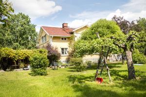 Huset byggdes som barnhem på 1850-talet för föräldralösa flickor. I trädgården finns stora fruktträd, bärbuskar, väldoftande rosbuskar och pioner.