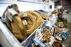 Godis, mat och diverse tillbehör. Det mesta finns till blöta, torra, håriga och fjäderbeklädda husdjur.