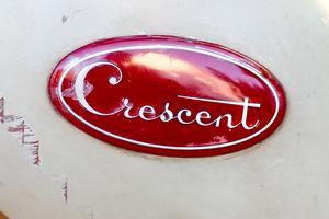 Emblemet på tanken  lyser rött så fint och med Crescent skrivit i sirlig stil.