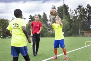 Siye Mulueberhan och Max Löfström får förstklassig målvaktsträning, Sara Wexén har nämligen några landskamper på meritlistan.