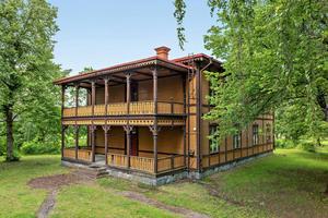 Den gamla Kaptensbostaden uppfördes år 1894 som förläggning för de 12 kompanicheferna.  Foto Patrik Persson.