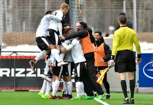 Glada ÖSK-spelare jublar efter Daniel Björnquists 1–0-mål. Foto: Robert Henriksson/TT