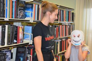 Lina Blixt har precis hjälpt Wilma Åslin Ström med hennes mask.
