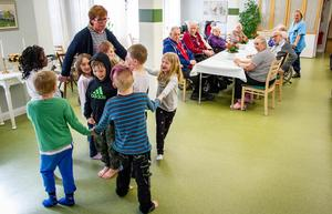 Barnen underhöll även med en sång- och ringlek. Barnen underhöll även med en sång- och ringlek.
