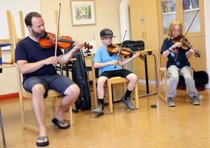 I ett annat övningsrum sitter Joshua Smith, Benjamin Smith och Hugo Högberg och tränar på en annan låt.