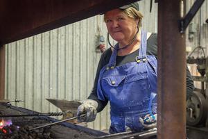 Karin Jonsson som växte upp i Lillhärdal berättar att hon alltid har fascinerats av järnsmide.