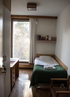 Gästrummen har stora fönster ut mot skogen, Siljan skymtar