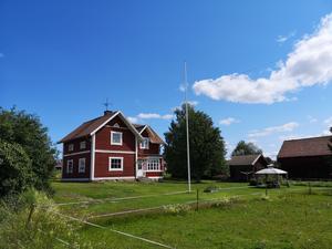 Lantlig gård med två uthus i Färnäs by. Villan har ett kök med både moderna och traditionella inslag. Foto: Eva-Mari Rälg