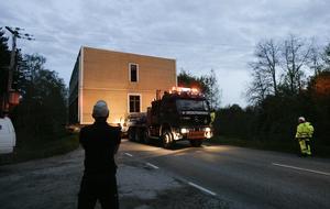 Prcis under ledningarna glider huset förbi på Bergsjövägen. Det har blivit mörkt när man når målet.