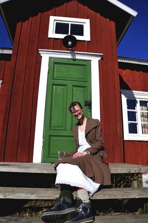 Mia och hennes sambo Christian trivs bra i det gamla torpet. Christian är smed och har gjort många detaljer till huset, bland annat handtaget som syns på  ytterdörren.