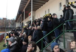 Delar av AIK-fansen på Östermalms IP.