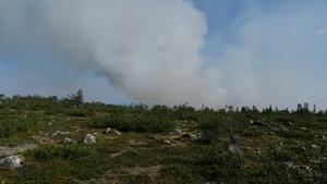 Rökpelare kunde ses på långt håll från bränderna. Foto: Räddningstjänsten Jämtland
