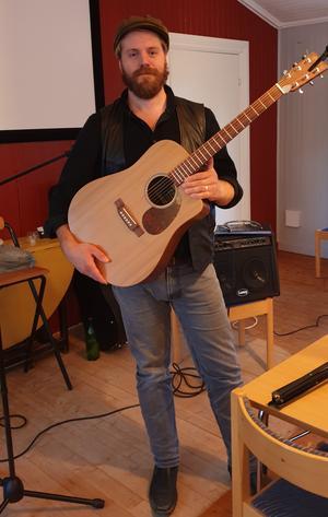 Andreas med sin gitarr.