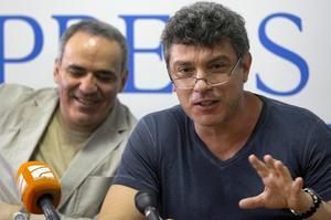 Boris Nemtsov mördades 2015, här med vännen Garry Kasparov i bakgrunden. Bild från 2011. Foto: AP.