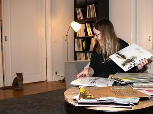 När Anna Öström spelade ute tre gånger i veckan köpte hon otroligt mycket skivor, och fortfarande vill hon gärna  komplettera med nytt inför varje spelning. Till vänster familjens ena katt Nellie.