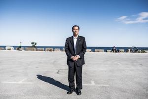 Kinas ambassadär Gui Congyou, tar sig nu friheten att ringa runt till hotell och andra arrangörer för att hindra för Kina misshagliga arrangemang.