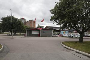 Ägaren vill kunna bygga ut gatuköket på Mossplan och är i princip överens med kommunen om köp av ett markområde på 450 kvadratmeter.