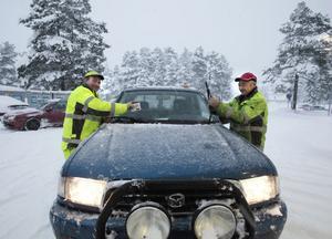 Stefan Persson och Bernt Eriksson tvingades stanna på en mack för att få rent torkarbladen från is och snö.