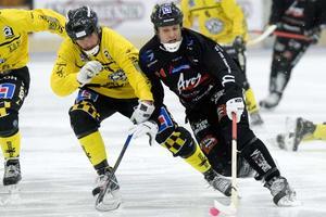 Byter Ö mot V. Patrik Sjöström, här i närkamp med Tillbergas Anders Östling,  går från Örebro SK till VSK Bandy.