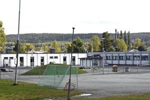 Ängetskolans baracker (vita) förstör möjligheterna till uteaktiviteter på rasterna, skriver en av skolans elever och efterlyser respons från politiker.
