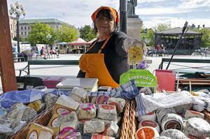 Eva-Lotta Åström visar upp osten Rocka fett som lockar köpare.
