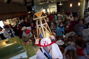 Lilian Backström bar en hatt med klockstapeln, den vann pris som knasigaste hatt.