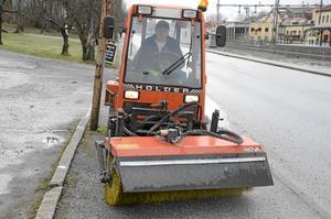 Annan bild. Erik Fagrell, som sopar vägar och trottoarer, menar att det kommer bli en annan bild i staden om besparingarna genomförs.