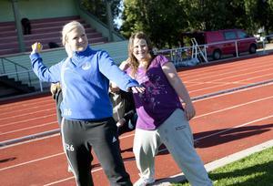 Idrottsläraren Anna Druvefors lär ut hur ett kast med liten boll ska gå till.