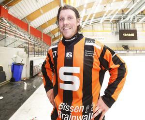 På lördag, i hemmamatchen mot Bollnäs, kommer SAIK att spela i specialdesignade tröjor. Här stoltserar Daniel
