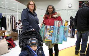 """""""Jag har fyndat födelsepresenter"""", säger Maya Hultgren (till höger) och visar sina kassar fulla med leksaker. Hon och Ann Klevenhaus med sonen Charlie Thulin gjorde en lördagsutflykt från Kolsva och Köping för att besöka Vårloppisen."""