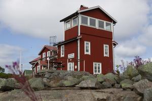 Den gamla lotsstugan på Rönnskär byggdes om till vandrarhem och öppnade 2010. På toppen finns