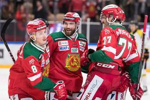 Robin Johansson jublar efter 5–2 tillsammans med Jacob Lagacé och Keaton Ellerby. Foto: Daniel Eriksson/Bildbyrån