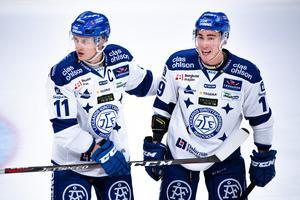 Martin Karlsson är imponerad av den styrka som Tobias Forsberg har i sin tuffa kamp. Foto: Simon Hastegård/Bildbyrån.
