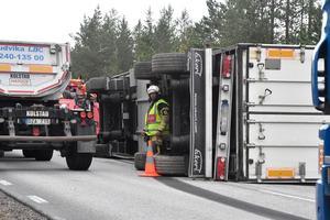 Det var trångt att passera, sedan släppet flyttats något och trafiken ändå växelvis kunde släppas förbi  olycksplatsen.