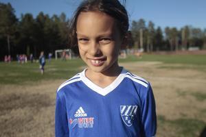 Kea Mason, 8 år, är en av flera knattar som kommer från Bollnäs för att träna fotboll på Rengsjö IP.