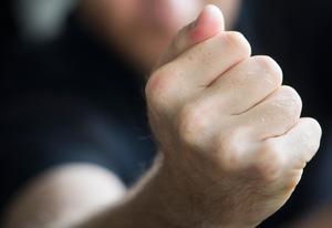En man ska ha misshandlat en kvinna genom att slå, knuffa och sparka henne. Detta ska ha skett i mannens bostad i Säters kommun. Nu åtalas mannen misstänkt för misshandel. OBS: Bilden är arrangerad och föreställer inte mannen i fråga. Foto: Fredrik Sandberg / TT