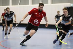 Sala IBF:s Nicklas Borlund utmanar IBK Salas David Ahlin.