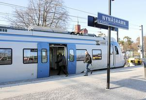 Pendeltåg på Nynäshamns station. Pendeltågen är ett av flera färdsätt som det är svårt att resa med för den med funktionshinder, enligt insändarskribenten.