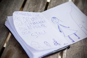 Ellie ritar en teckning när DT:s reporter besöker familjen.