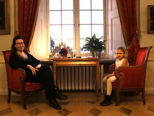 Lena Jarbeus och barnbarnet Elsa Jönsson, sex år, njuter av intrycken - och utsikten.