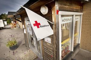Röda Korset i Forsa skänker varje år omkring 500 000 kronor för att lindra nöd i en fattig och krigshärjad värld. Då är det sorgligt och rätt upprörande att vi motarbetas av vår egen kommun.