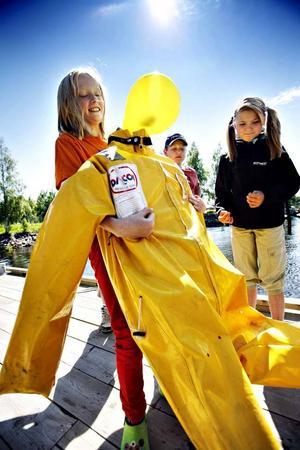 Asta Abrahamsson, snart 11 år, provar att lyfta den 80 kilo tunga dockan som Sjöräddningen använder i sina övningar.