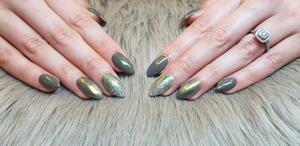 Grönt och glitter gjort av nagelterapeuten Sofia Lindström på Stars of Beauty.