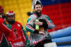 Kristian Marosi har egentligen slutat spela bandy, men gör ändå ett sista mästerskap för Ungern. På fredagen fick de släppa 16 bollar bakom sig, men trots det var han på gott humör efter matchen. Bild: Rikard Bäckman / Bandypuls.se / TT