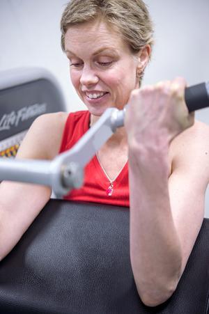 Cellgifterna har tagit på muskulaturen, sakta men säkert bygger Victoria upp sin styrka igen.