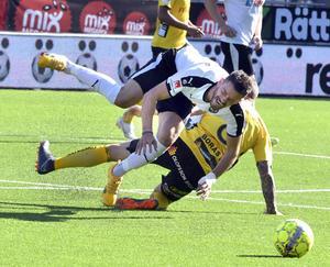 ÖSKs Brendan Hines-Ike smäller ihop med Elfsborgs Samuel Holmén.Foto: Conny Sillén / TT