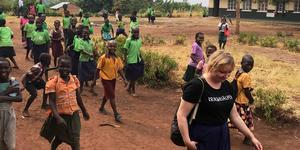 Olivia Eriksson går genom staden Biso i Uganda där hon bott de senaste fyra månaderna via Erikshjälpen. Under vistelsen har hon försökt förstå vilka problem som finns i samhällen som Biso. Foto: Olivia Eriksson